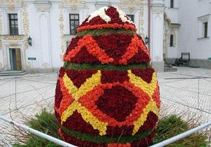 Фотогалерея: Писанка из роз. В Лавре установили огромное пасхальное яйцо