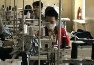 В России ликвидировали подпольный цех, где более сотни китайцев шили туфли Chanel