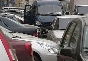 В Москве анархисты разгромили несколько дорогих автомобилей на автостоянке