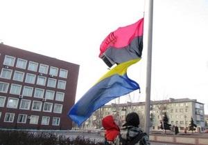 Свобода заявляет о преследовании своих членов из-за поднятого в родном городе Януковича флага УПА