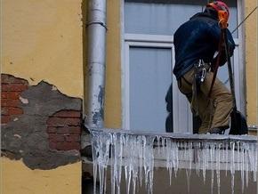 Россиянка погибла от снежной глыбы, упавшей с крыши пятиэтажки