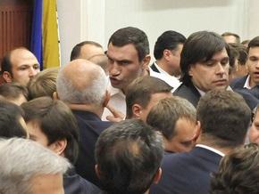 Блок Кличко заблокировал трибуну Киевсовета