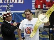 В США прошел конкурс по скоростному поеданию хот-догов