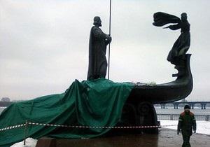 Обрушился памятник основателям Киева