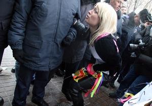 Активистки FEMEN  помочились  на милиционеров и здание Кабмина