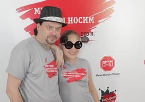 Украинские звезды надели футболки, посвященные безопасному сексу
