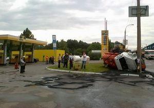 В Киеве возле АЗС перевернулся бензовоз