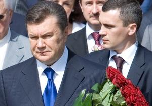 Янукович и Азаров почтили память жертв Голодомора