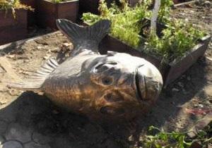 В Якутске хулиганы сломали памятник карасю