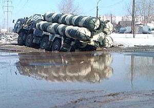 В России зенитно-ракетный комплекс застрял в грязи по дороге на репетицию парада Победы