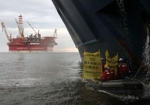 Активисты Greenpeace из 10 стран продолжают осаду платформы Газпрома в Арктике