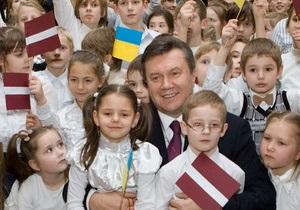 Янукович в Риге посетил украинскую школу, где ему подарили латвийские рукавички