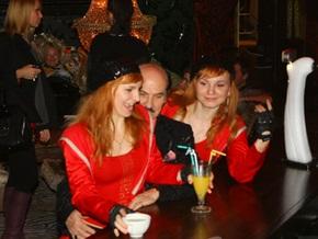 Григорий Чапкис посетил киевский клуб в компании 20-летних певиц