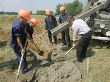 Ющенко залил в Карпатах второй за сутки фундамент дома