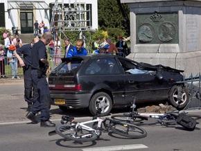 Целью водителя, протаранившего толпу в Нидерландах, могли быть члены королевской семьи