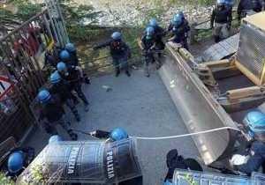 Около 200 полицейских ранили в столкновениях на севере Италии