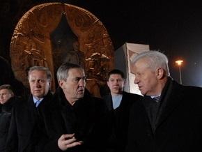 СМИ: Спустя полгода после открытия в Киеве начал разрушаться памятник Гонгадзе