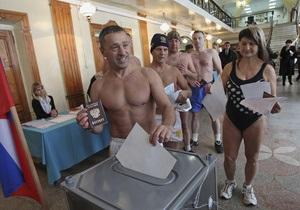 На Алтае любители зимнего плавания пришли голосовать в трусах