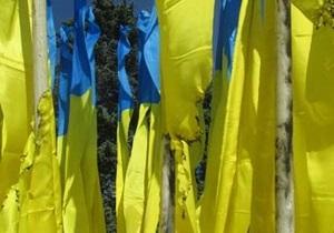 В центре Донецка на флагштоках горисполкома подожгли флаги Украины
