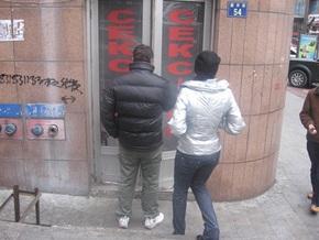 В Полтаве облили краской витрины секс-шопов