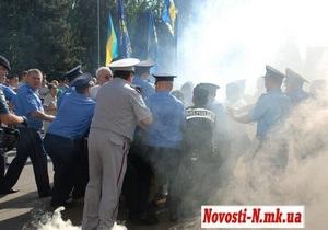 В Николаеве в протестующих против языкового закона бросили дымовую шашку