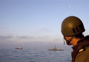 Израильские военные пытаются уговорить экипаж судна с гумпомощью для Газы сменить маршрут