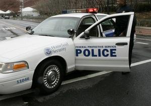 В США мужчина пытался уйти от полицейских, бросаясь в них собственными внутренностями