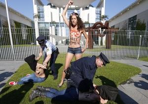 Возле ведомства Меркель задержали обнаженных активисток Femen