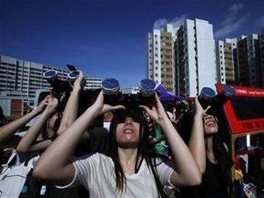Миллионы людей наблюдают редкое по длительности затмение Солнца