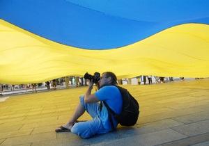 Фотогалерея: Одеяло для Майдана. В Киеве развернули самый большой флаг Украины