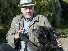 Фанатик Гитлера обучил собаку нацисткому приветствию