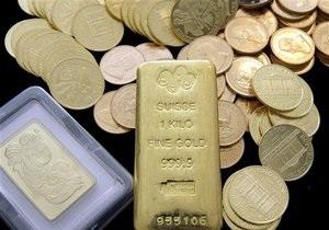 Мировые цены на золото начали снижаться