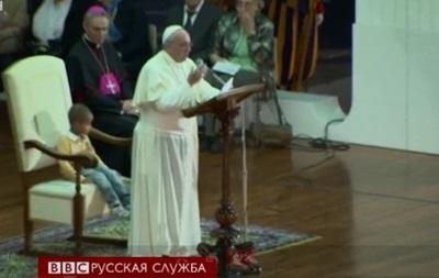 Во время выступления Папы Римского Франциска в его кресло забрался мальчик - видео