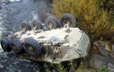 Под Житомиром упал в реку БТР с солдатами, есть пострадавшие