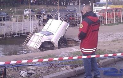 Волга угодила в яму: очередной автомобиль в Киеве провалился под асфальт