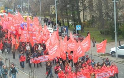 На Крещатике в Киеве проходит марш коммунистов в честь годовщины Октябрьской революции