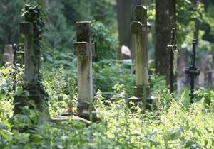 В Донецкой области двое мужчин сдавали на металлолом кресты и ограды с могил, чтобы достать денег на еду и алкоголь