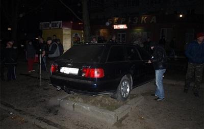 Новости Тернополя - В Тернополе автомобиль въехал в толпу людей на остановке. Три человека травмированы