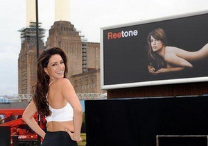 В Британии рекламу с обнаженной Келли Брук обвинили в росте количества ДТП