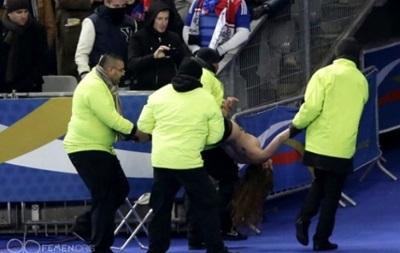 Активистки Femen пытались прервать матч Франция-Украина