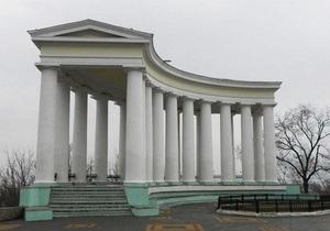 В Одессе неизвестные покрасили в зеленый цвет колоннаду Воронцовского дворца