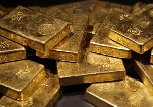 Золото дешевеет из-за опасений за рост мировой экономики