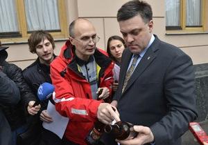 Фотогалерея: Депутатам по бутылке. Под Радой прошла акция с требованием запрета рекламы пива