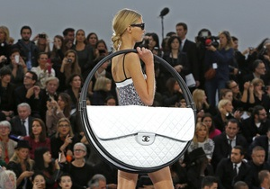 Фотогалерея: Бери Chanel - иди домой. Новая коллекция Лагерфельда на Неделе моды в Париже