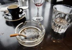 СМИ: В Киеве запретят курить в кафе