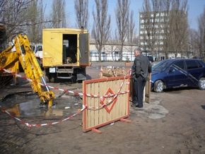 В Киеве автомобиль провалился под землю