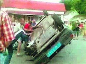 В закарпатской милиции рассказали, как полсотни нетрезвых селян перевернули машину ГАИ