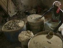 Население Гаити от голода ест грязь
