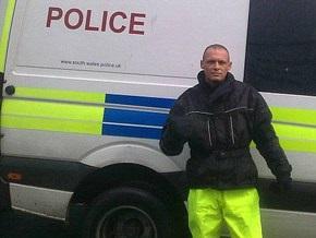 Британский вор прислал в газету свое фото на фоне полицейской машины