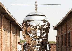 Скульпторы поставили на голову Ленину обнаженного Мао Цзэдуна